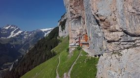 Flyg- sikt av chalet på Ebenalp, Schweiz arkivfilmer