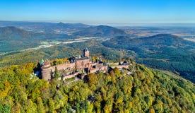 Flyg- sikt av chateauen du Haut-Koenigsbourg i de Vosges bergen alsace france arkivfoton