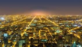 Flyg- sikt av Chicago som är i stadens centrum på natten arkivfoto