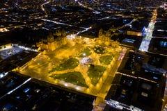 Flyg- sikt av Cuscos huvudsakliga fyrkant ?Plaza de Armas' p? natten arkivbild