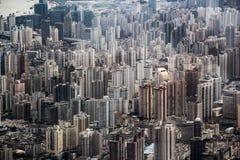 Flyg- sikt av de ändlösa skyskraporna i Shanghai, Kina royaltyfri fotografi