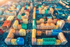 Flyg- sikt av de f?rgrika byggnaderna i europeisk stad p? solnedg?ngen royaltyfri foto