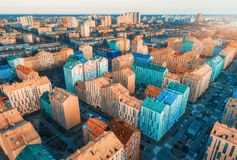 Flyg- sikt av de f?rgrika byggnaderna i europeisk stad p? solnedg?ngen arkivfoton