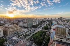 Flyg- sikt av 9 de Julio Avenue på solnedgången - Buenos Aires, Argentina arkivfoto