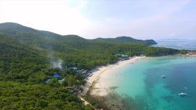 Flyg- sikt av de steniga öarna i det Andaman havet, Thailand ökrabipoda thailand Lång exponering av den Makua stranden royaltyfria foton