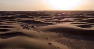 Flyg- sikt av de stora sanddyerna i öknen arkivfilmer