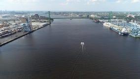 Flyg- sikt av Delaware River nära nya Walt Whitman Bridge Philadelphia - - ärmlös tröja arkivfilmer