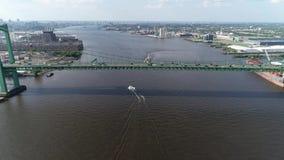 Flyg- sikt av Delaware River nära nya Walt Whitman Bridge Philadelphia - - ärmlös tröja lager videofilmer