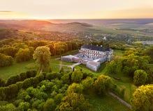 Flyg- sikt av den aincient slotten Solnedgången över sommar parkerar arkivfoton
