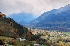 Flyg- sikt av den alpina staden av Spittal en der Drau Fjällängberg, Österrike fotografering för bildbyråer