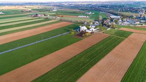 Flyg- sikt av den Amish lantgården som ses av luft med surret royaltyfri foto