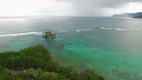 Flyg- sikt av den Anse Royale stranden på Mahe Island, Seychellerna arkivfilmer