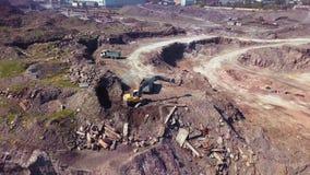 Flyg- sikt av den arbetande grävskopan i den dagbrotts- minen Kameraflyg över industriellt landskap arkivfilmer