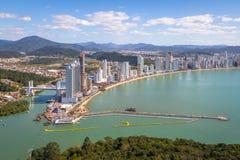 Flyg- sikt av den Balneario Camboriu staden och kabelbilar - Balneario Camboriu, Santa Catarina, Brasilien royaltyfria foton