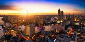 Flyg- sikt av den bangkok stadshorisont och skyskrapan, arkivbild
