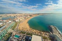 Flyg- sikt av den Barcelona stranden i sommardag längs sjösidan i lodisar arkivfoto