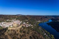 Flyg- sikt av den Belver slotten Castelo de Belver och by med bron över Taguset River i bakgrunden, i Portug Royaltyfri Fotografi