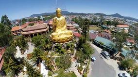 Flyg- sikt av den berömda guld- Buddha i den Vietnam Da laten Gammalt asiatiskt tempel och arv Härlig sikt för Da-Latstad arkivfilmer