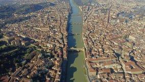 Flyg- sikt av den berömda Ponte Vecchio bron inom Florence cityscape, Italien lager videofilmer