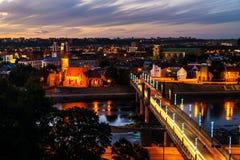 Flyg- sikt av den berömda staden Kaunas, Litauen på solnedgången Arkivfoto