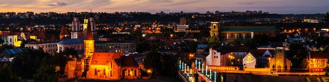 Flyg- sikt av den berömda staden Kaunas, Litauen på solnedgången förtöjd sikt för nattportship royaltyfri bild