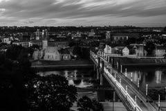 Flyg- sikt av den berömda staden Kaunas, Litauen på solnedgången förtöjd sikt för nattportship svart white Royaltyfria Foton