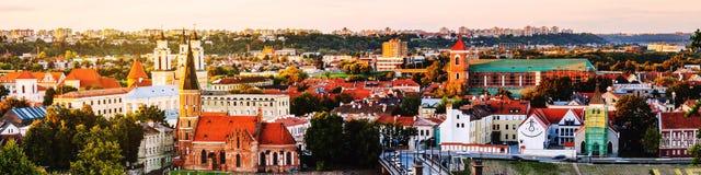 Flyg- sikt av den berömda staden Kaunas, Litauen på solnedgången ovanför ljus lugna stad clouds den mörka önskande solnedgången f Arkivfoto