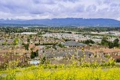 Flyg- sikt av den bostads- grannskapen på en molnig dag, San Jose, Kalifornien royaltyfria bilder