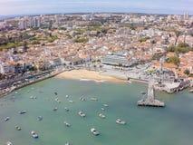 Flyg- sikt av den Cascais kustlinjen nära Lissabon i Portugal Royaltyfria Bilder