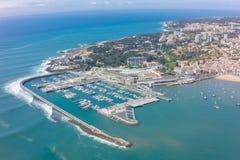 Flyg- sikt av den Cascais kustlinjen nära Lissabon i Portugal Fotografering för Bildbyråer