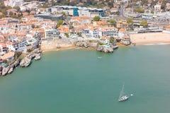 Flyg- sikt av den Cascais kustlinjen nära Lissabon, Portugal Royaltyfri Foto
