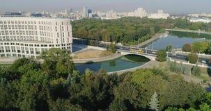 Flyg- sikt av den centrala gatan i den Minsk staden, Vitryssland Morgontrafik, träd och floden, lott av hus och byggnader arkivfilmer