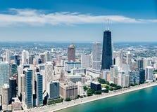 Flyg- sikt av den Chicago horisonten från en helikopter Arkivfoton