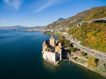 Flyg- sikt av den Chillon slotten - Chateau de Chillon i Montreux, Schweiz Arkivfoto