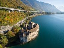 Flyg- sikt av den Chillon slotten - Chateau de Chillon i Montreux, Schweiz Royaltyfri Fotografi