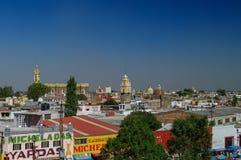 Flyg- sikt av den Cholula staden med kloster av San Gabriel på backg arkivfoton