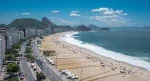 Flyg- sikt av den Copacabana stranden, det Sugarloaf berget och Atlanticet Ocean, Rio de Janeiro arkivfoto