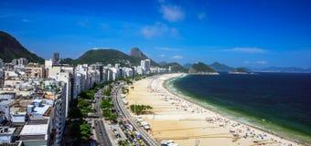 Flyg- sikt av den Copacabana stranden, Forte- Duque de Caxias och det Sugarloaf berget, Rio de Janeiro arkivbilder