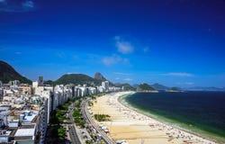 Flyg- sikt av den Copacabana stranden, Forte- Duque de Caxias och det Sugarloaf berget, Rio de Janeiro fotografering för bildbyråer