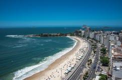 Flyg- sikt av den Copacabana stranden, Rio de Janeiro, Brasilien arkivfoton