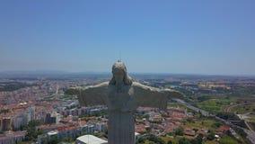 Flyg- sikt av den Cristo Rei statyn i Almada, Lissabon portugal stock video