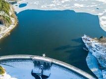 Flyg- sikt av den delvist fryste Brucher fördämningen nära Marienheide i vinter Arkivfoto