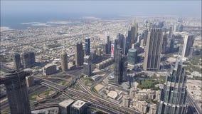 Flyg- sikt av den Dubai staden från Burj Khalifa byggnad förenade arabiska emirates arkivfilmer