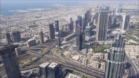 Flyg- sikt av den Dubai staden från Burj Khalifa byggnad förenade arabiska emirates stock video