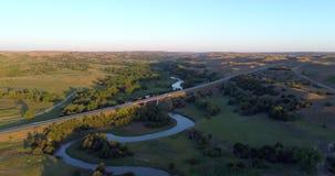 Flyg- sikt av den dystra floden och huvudvägen stock video