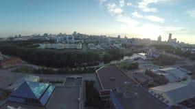 Flyg- sikt av den Ekaterinburg staden på solnedgången Stort modernt centrum som beskådas från över Flyg- sikt för härlig stad arkivfilmer