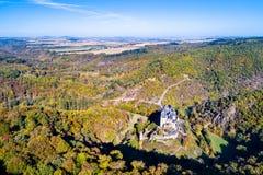 Flyg- sikt av den Eltz slotten i Tyskland arkivfoton