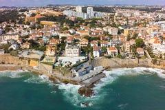 Flyg- sikt av den Estoril kustlinjen nära Lissabon i Portugal Royaltyfri Bild