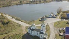 Flyg- sikt av den europeiska byn nära dammet Härlig flyg- sikt av färg sjön och byn med kyrkan Top beskådar Royaltyfria Foton