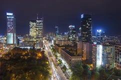 Flyg- sikt av den finansiella mitten för Warszawa på natten, Polen fotografering för bildbyråer